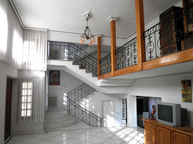 224_living room_kitchen_staircase.jpg
